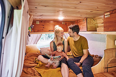 Family in Caravan - p1124m2228993 by Willing-Holtz