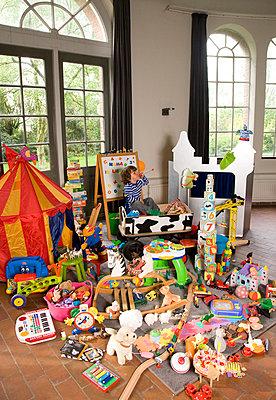 Child with a huge amount of toys - p1231m1043108 by Iris Loonen