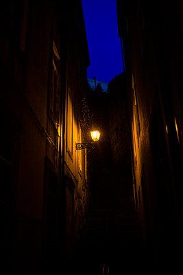 Straßenlaterne in Porto zur Blauen Stunde - p1579m2158092 von Alexander Ziegler