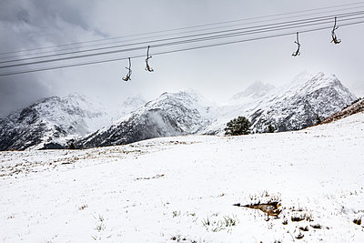 Ski lift against snowcapped mountains - p327m1216694 by René Reichelt