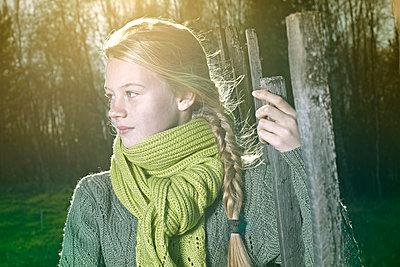 Caucasian girl standing outdoors - p555m1478490 by Vladimir Serov