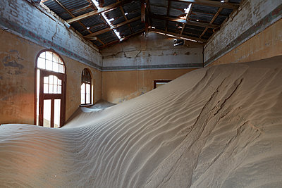A view of a room in a derelict building full of sand. - p1100m1489984 by Mint Images