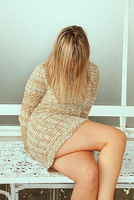 Frau im Minikleid - p1514m2056752 von geraldinehaas