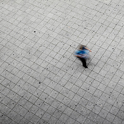 Mann geht vorüber - p415m661180 von Tanja Luther