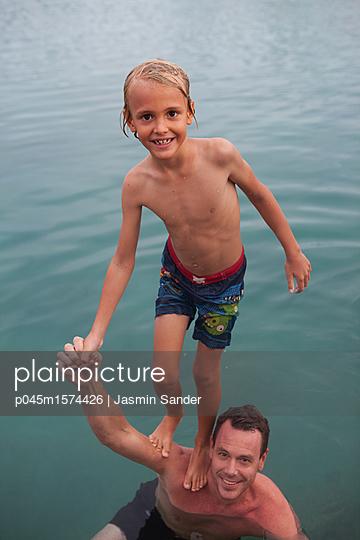 Papi trägt mich im Wasser - p045m1574426 von Jasmin Sander