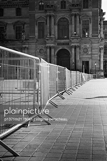Fenced off museum, Paris, shutdown due to Covid-19 - p1371m2178041 by virginie perocheau