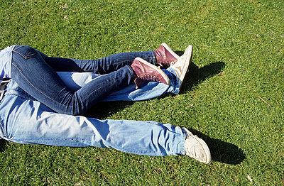 Paar auf dem Rasen - p0451838 von Jasmin Sander