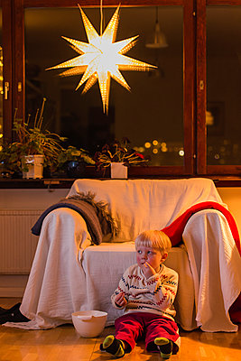 Little boy eating popcorn - p1418m2002122 by Jan Håkan Dahlström
