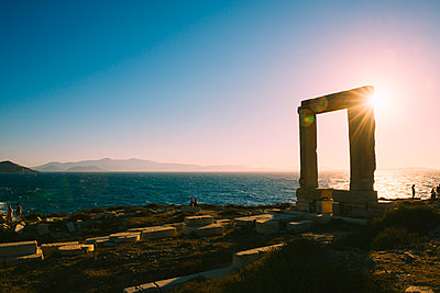 Greece, Cyclades, Naxos, Gate to the temple of Apollo at sunset - p300m1469913 by Gemma Ferrando