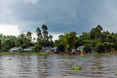 Vietnam, An Giang, Long Xuyen, thunderclouds over Mekong River - p300m978021f by WeEmm