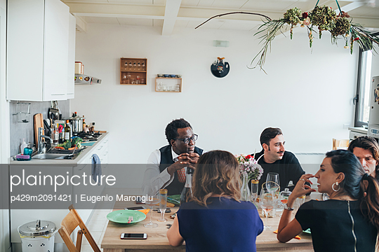Businessmen and businesswomen celebrating at lunch party in loft office - p429m2091421 by Eugenio Marongiu