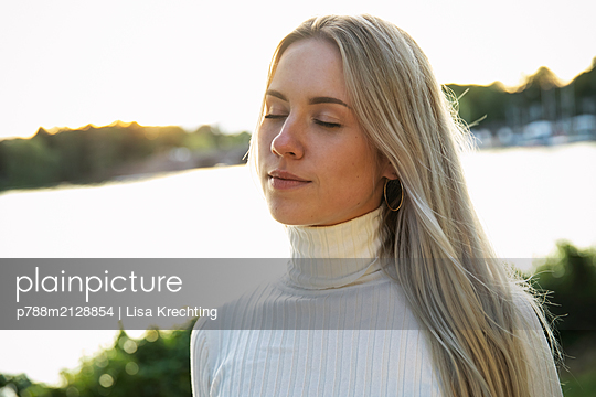 Portrait of young woman with blond hair - p788m2128854 by Lisa Krechting