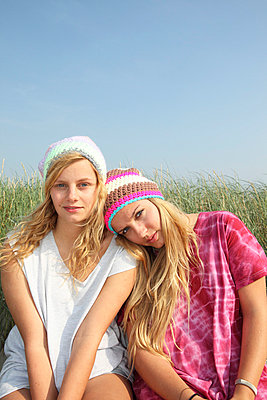 Girls in the dunes - p0452951 by Jasmin Sander