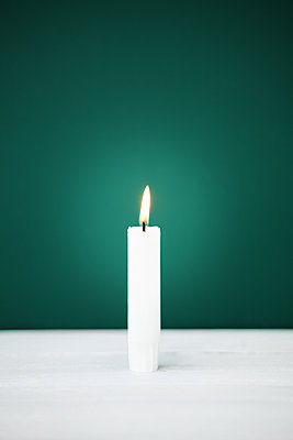 Einzelne Kerze brennt  - p1006m1425234 von Danel