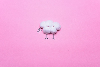 Sheep drawing made with cotton balls  - p1165m973366 by Pierro Luca