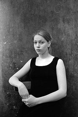 Young woman in black dress, portrait - p1648m2228477 by KOLETZKI