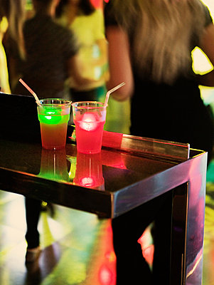 Red and green drinks at bar, differential focus - p312m672812 by Susanne Walström