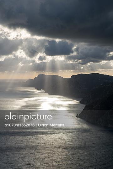 Sonne und Regenwolken an der Amalfiküste - p1079m1552876 von Ulrich Mertens