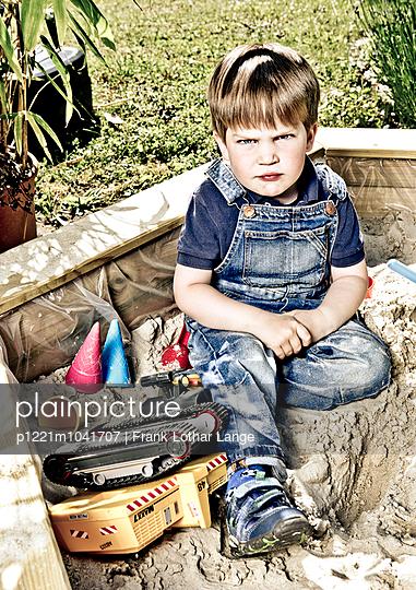 Kleiner Junge im Sandkasten - p1221m1041707 von Frank Lothar Lange