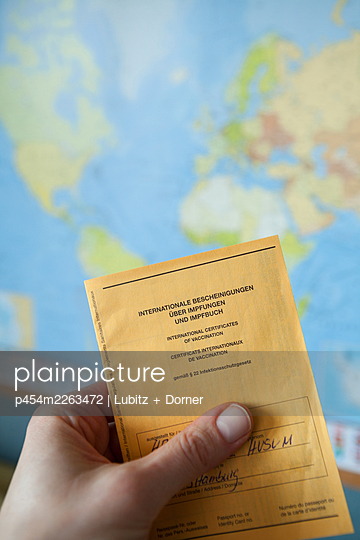Travelling with vaccination certificate - p454m2263472 by Lubitz + Dorner