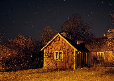 Schwedisches Haus unter Sternenhimmel - p1124m1195158 von Willing-Holtz