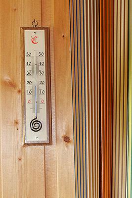 Altes Thermometer - p1650477 von Andrea Schoenrock