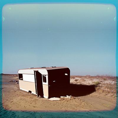 Frankreich, Verlassener Wohnwagen - p230m2152703 von Peter Franck