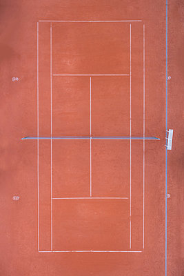 Empty tennis court, top view - p300m1204703 by Michael Malorny