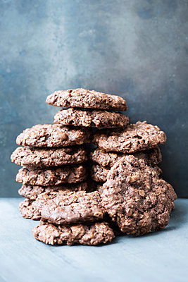 Stack of chocolate cookies - p429m2075463 by Magdalena Niemczyk - ElanArt