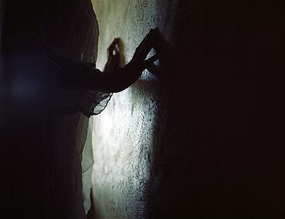 Hands on wall - p945m2125801 by aurelia frey