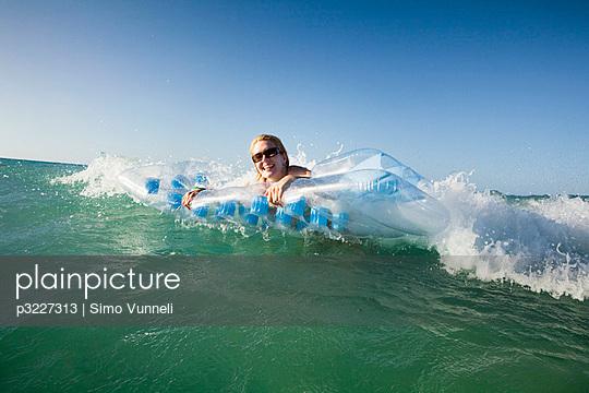 Frau am Strand - p3227313 von Simo Vunneli