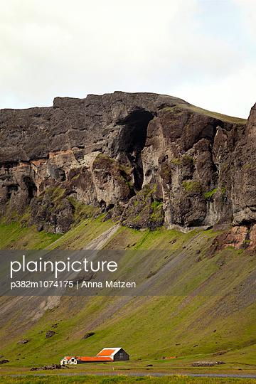 Einsames Haus an der Felswand - p382m1074175 von Anna Matzen