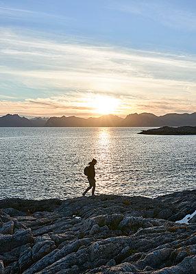 Frau spaziert an der Küste - p1124m1165694 von Willing-Holtz