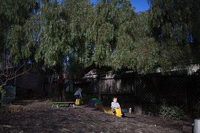 Kinder spielen im Garten - p1308m2065270 von felice douglas