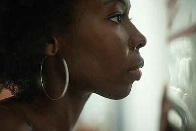 Portrait of African woman, in profile - p1321m2207426 by Gordon Spooner