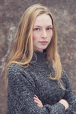 Portrait of a teenage girl - p1323m2185112 von Sarah Toure