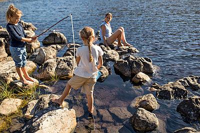 Mutter mit Kindern am Seeufer - p1355m1574080 von Tomasrodriguez