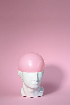 Ballon im Kopf - p237m2089215 von Thordis Rüggeberg