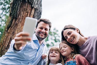 Family having fun at the park. London, England. - p300m2298881 von Angel Santana Garcia