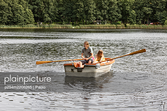 Father and daughter rowing together - p294m2206265 by Paolo