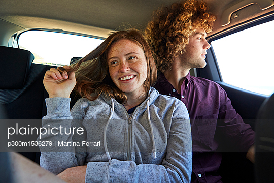 Young couple in car - p300m1536279 by Martina Ferrari