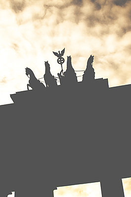 Quadriga of the Brandenburg gate on a cloudy background, low-angle shot - p1656m2244284 by Javier Martinez Bravo
