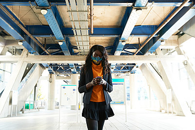 woman commuting in london, uk - p300m2241577 von Pete Muller