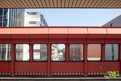 S-Bahn Haltestelle - p454m1172600 von Lubitz + Dorner
