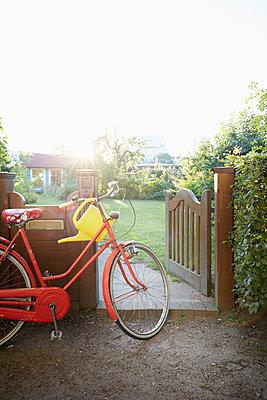 zum Garten fahren - p464m1176799 von Elektrons 08