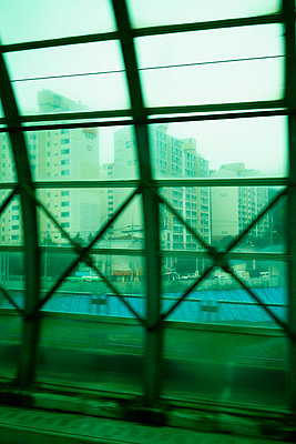 Bahnfahrt in Seoul, Südkorea - p066m2015496 von Studio71