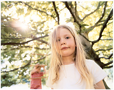 Little girl with long blond hair - p1258m1491662 by Peter Hamel