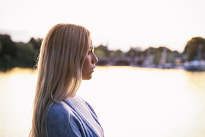 Side view of blond woman on the banks of the Alster - p788m2128831 by Lisa Krechting