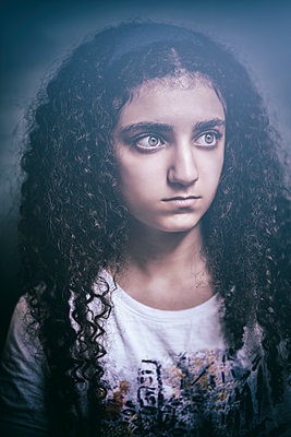 Scared girl looking away  - p794m2115552 by Mohamad Itani