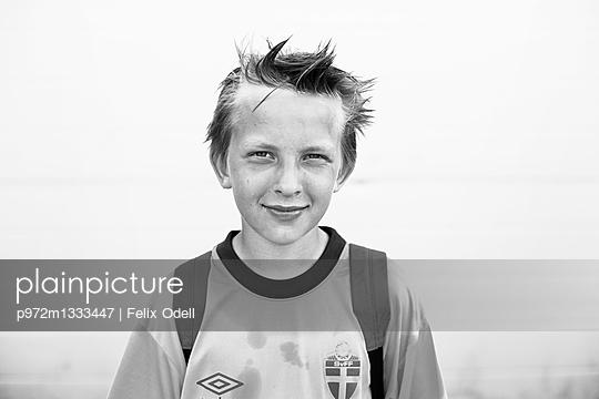 Junge im Fußballtrikot - p972m1333447 von Felix Odell